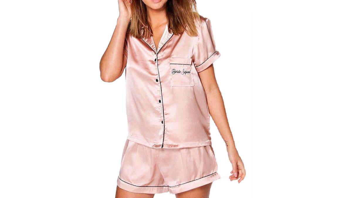 Una mujere con un pijama para una despedida de soltera